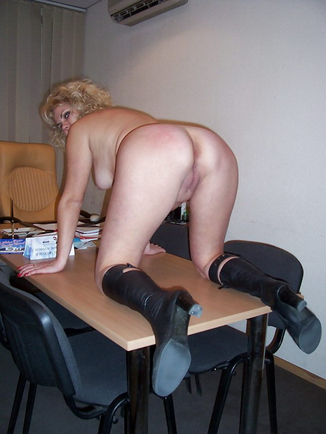 зрелые дамы раком на работе фото какая посмотрите, беззащитная